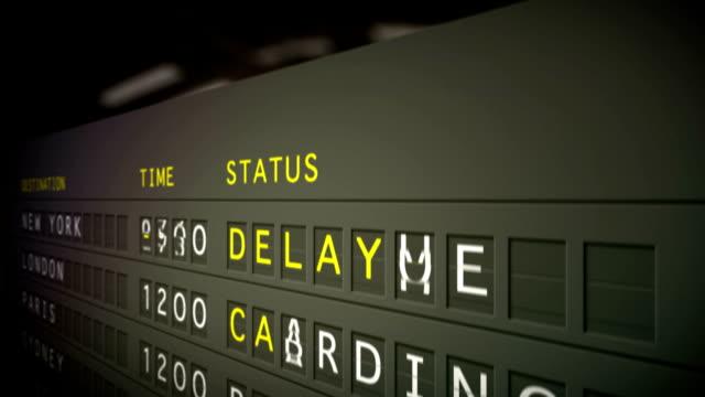 информация о рейсе, крупным планом-hd 1080 с 21:30 - табло вылетов и прилётов стоковые видео и кадры b-roll