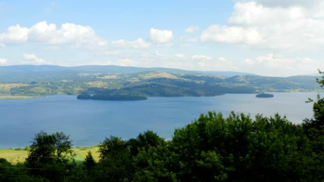 güzel bir gölün kıyısına yakın uçuş - sale stok videoları ve detay görüntü çekimi