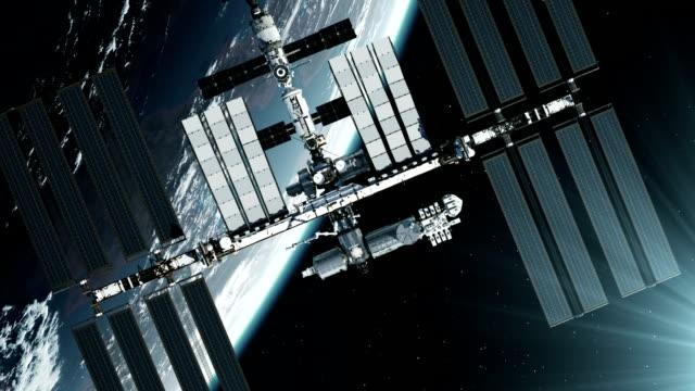 volo della stazione spaziale internazionale sullo sfondo del pianeta terra. - orbitare video stock e b–roll