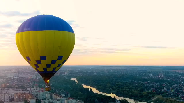 Flug im Heißluftballon in Richtung Sonnenuntergang über der Stadt, Urlaub Unterhaltung – Video