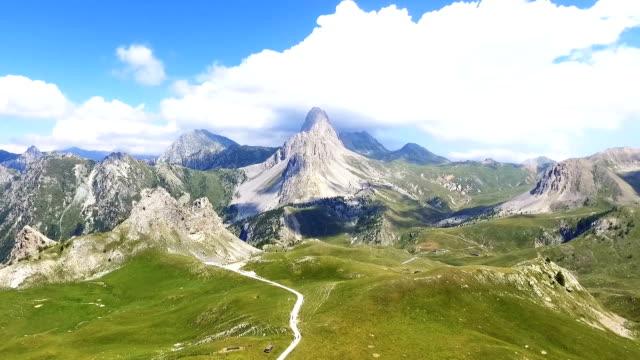 vídeos de stock e filmes b-roll de flight over a green valley in the alps, aerial view - suíça