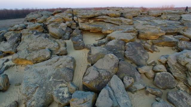 Flug über einen Haufen Felsen – Video