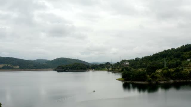 kayalık kıyısından bir göl üzerinde uçuş - sale stok videoları ve detay görüntü çekimi