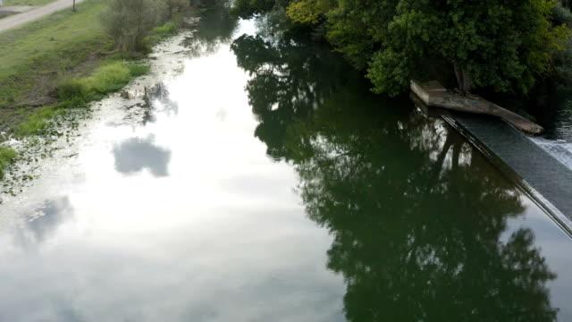 şelalenin yanındaki küçük bir nehir üzerinde uçuş - sale stok videoları ve detay görüntü çekimi