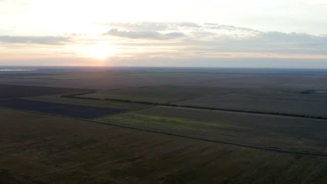 gün batımında tarım alanları üzerinde uçuş - sale stok videoları ve detay görüntü çekimi