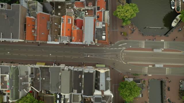 flygning över amsterdam city day tid canal antenn topdown panorama 4k nederländerna - drone amsterdam bildbanksvideor och videomaterial från bakom kulisserna