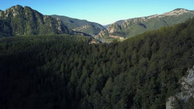 vidéos et rushes de vol au-dessus d'un paysage magnifique dans les montagnes de l'espagne - chaîne de montagnes