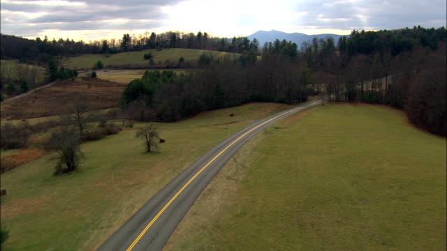 flyg över blue ridge parkway - flygfoto - virginia, grayson county, sweden - bergsrygg bildbanksvideor och videomaterial från bakom kulisserna