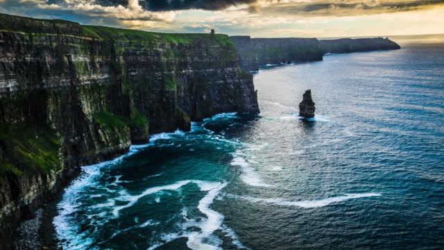 在愛爾蘭的莫赫懸崖上空飛行 - 懸崖 個影片檔及 b 捲影像