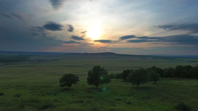 日没時の田園地帯の上空を飛行、4k - 地平線点の映像素材/bロール
