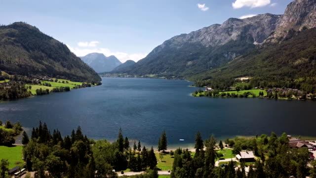vídeos de stock, filmes e b-roll de voo sobre lago grundlsee em salzkammergut, styria, áustria - áustria