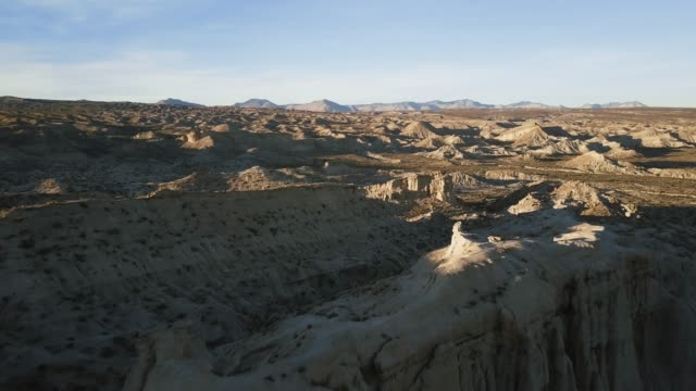flight over interesting rock formations and vast desert landscape - parco statale del red rock canyon video stock e b–roll