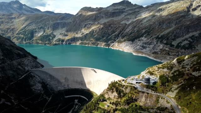 vídeos de stock, filmes e b-roll de vôo sobre a represa de kolnbrein e o lago kolnbreinspeicher em carinthia, áustria. - áustria