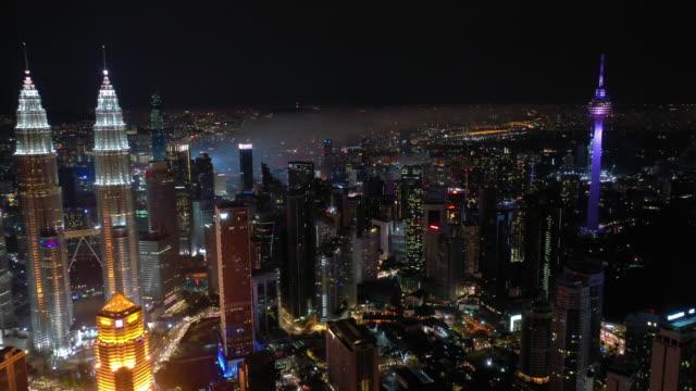 stockvideo's en b-roll-footage met vlucht over nacht kuala lumpur stad downtown hoge luchtpanorama 4k maleisië - kuala lumpur
