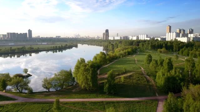 flyg över förorts park i moskva, ryssland. - moskva bildbanksvideor och videomaterial från bakom kulisserna
