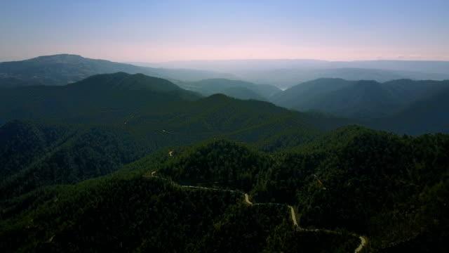 flug über die zeder tal. landschaft der berge im nebel cyprus.drone sicht platres im troodos. zypern. luftaufnahme. flug über die berge - tal stock-videos und b-roll-filmmaterial