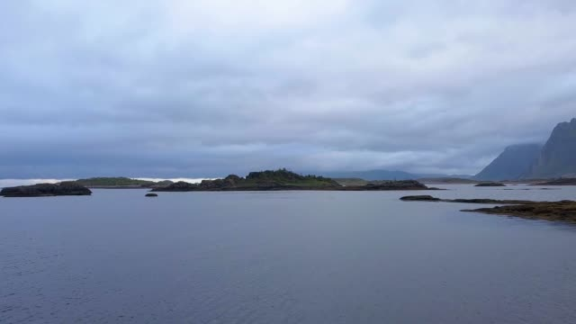 vídeos de stock e filmes b-roll de flight over the sea coast - arquipélago