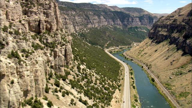 flight round bend in big horn canyon - aerial view - wyoming, contea di fremont, riprese in elicottero, video aereo, cineflex, creazione di riprese, stati uniti - canyon video stock e b–roll