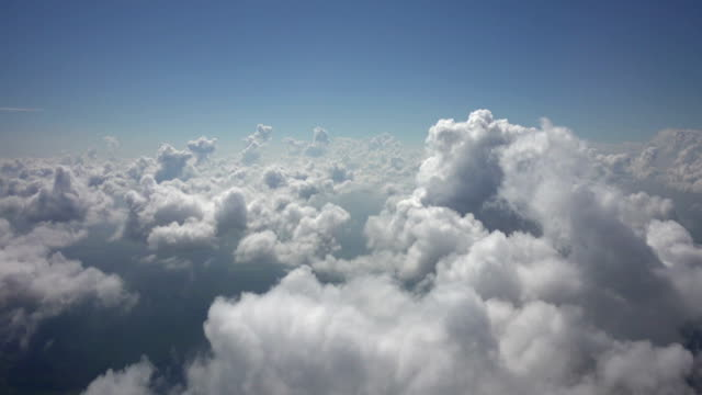 vídeos de stock e filmes b-roll de flight sideways above clouds 4k perfect loop - sky