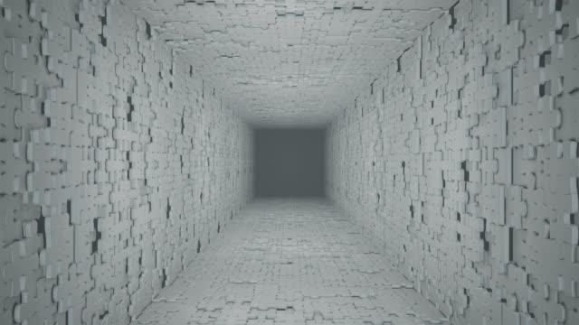 vidéos et rushes de vol à travers le couloir tournant fait à partir d'éléments de puzzle. - vue partielle