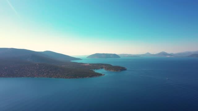 vídeos de stock, filmes e b-roll de voos sobre a ilha dokos no golfo sarônico de - ática ática
