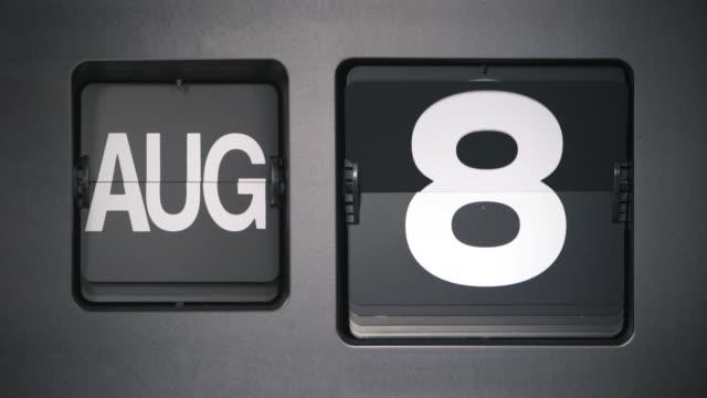vídeos de stock e filmes b-roll de flip calendar, month of august - setembro