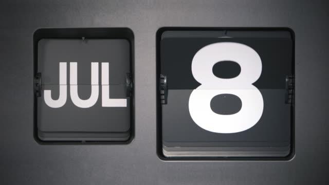 flip calendar, month of july - luglio video stock e b–roll