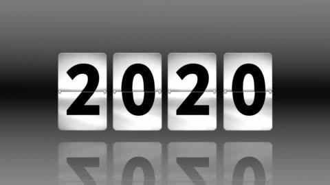 flip klocka nedräkning. att övergå till 2020 - dag bildbanksvideor och videomaterial från bakom kulisserna