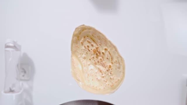 slo mo flipping a pancake - pancake video stock e b–roll