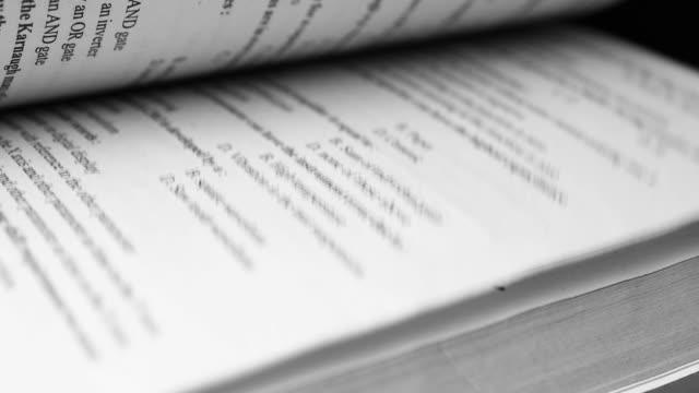 stockvideo's en b-roll-footage met 4k flipping boek pagina's sluiten. het kijken door een boek dat de pagina's draait en leest - bedrijfs en onderwijsconcept - heilig geschrift