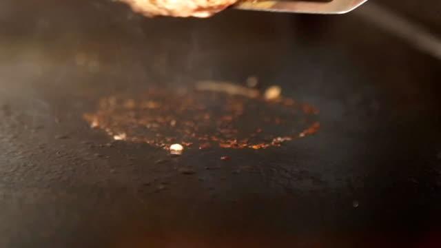 flipping burger on a grill - płyta do pieczenia filmów i materiałów b-roll