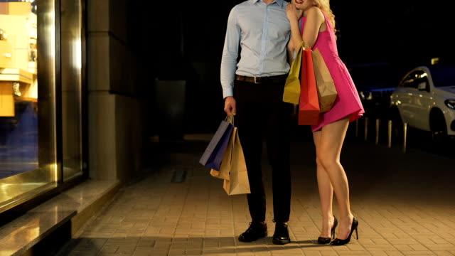 flirty blonde mädchen sanft umarmt reichen mann, genießen großzügige teuer einkaufen - teurer lebensstil stock-videos und b-roll-filmmaterial