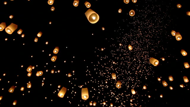 floating asian lanterns in chiang mai ,thailand - lanterna attrezzatura per illuminazione video stock e b–roll