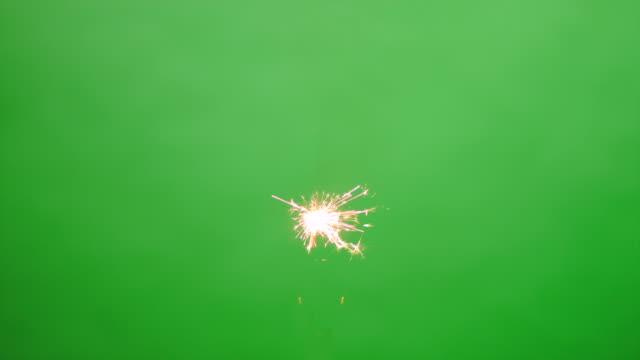 floating burning sparkler on green screen hd - kıvılcım stok videoları ve detay görüntü çekimi