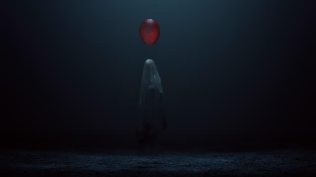 böser geist eines kindes mit einem roten ballon schweben in einer nebligen leere - grauen stock-videos und b-roll-filmmaterial