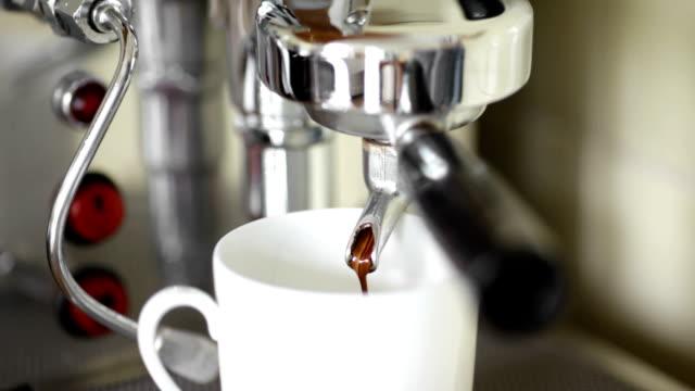 fresco espresso mobile - argento metallo caffettiera video stock e b–roll