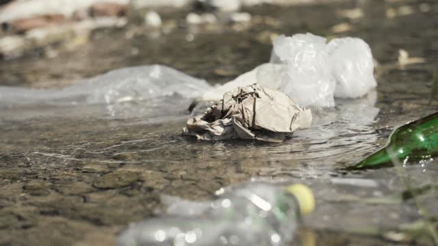 Déchets flottants dans la rivière - Vidéo