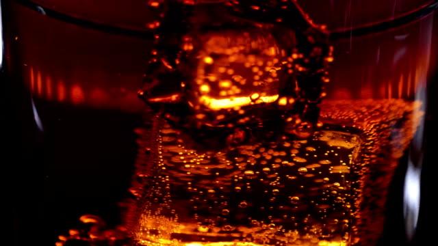 Schwimmende Eiswürfel in ein Glas Cola - Soda trinken in Zeitlupe – Video