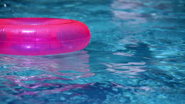 vídeos de stock, filmes e b-roll de flutuando na piscina - boia salva vidas