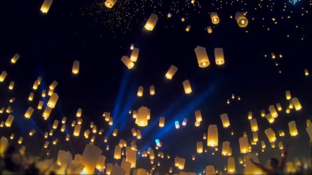 부동 등불과 불꽃 놀이이 펭 축제, 치앙마이로이 크 라 통 축제, 태국 - 촛불 조명 장비 스톡 비디오 및 b-롤 화면