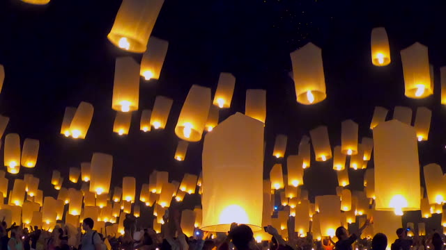 stockvideo's en b-roll-footage met drijvende lantaarns en vuurwerk yee peng festival, loi krathong festival in chiang mai, thailand - oost aziatische cultuur