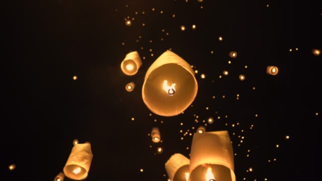 floating lanterns in the night sky. - lanterna attrezzatura per illuminazione video stock e b–roll