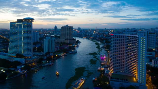 stockvideo's en b-roll-footage met drijvend op chao praya rivier met waterhyacint in bangkok - rivieroever