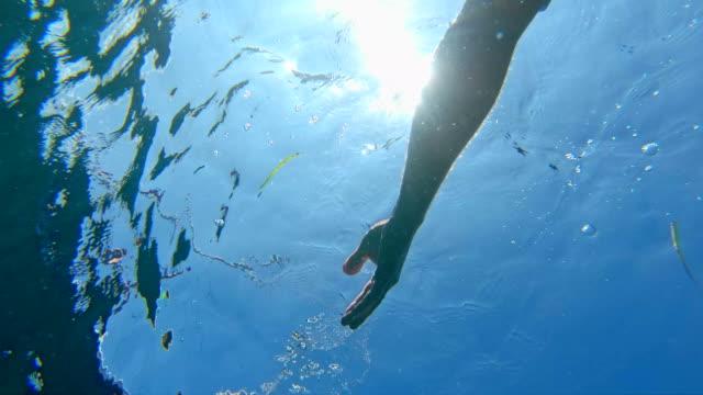 vídeos de stock, filmes e b-roll de flutuando na água. relaxamento de mar. close-up por lado - flutuando na água