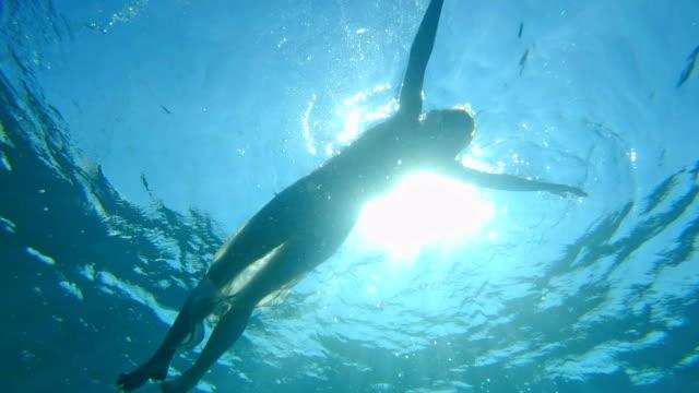 水に浮かぶ。海のリラクゼーション - シルエット点の映像素材/bロール