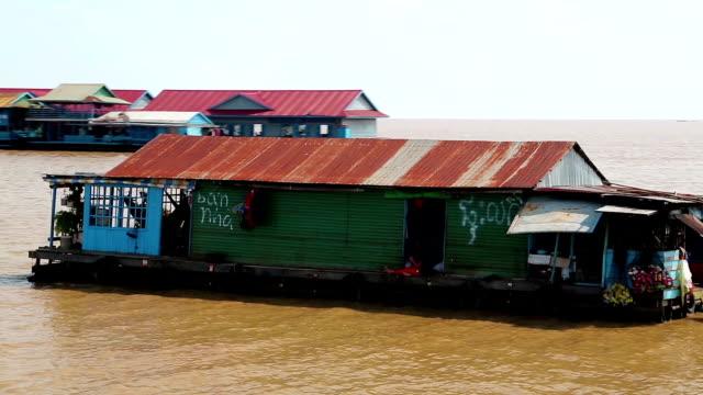 schwimmende dorf von vietnamesischen flüchtlingen auf dem tonle sap see in siem reap, kambodscha - kambodschanische kultur stock-videos und b-roll-filmmaterial