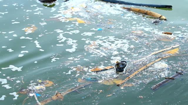 廃棄物をフローティング - 水に浮かぶ点の映像素材/bロール