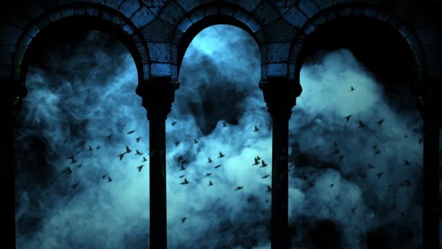 vídeos de stock, filmes e b-roll de rebanho de pássaros através das nuvens no céu escuro azul noturno - castelo