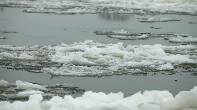 vídeos y material grabado en eventos de stock de témpano flotando - nieve amontonada
