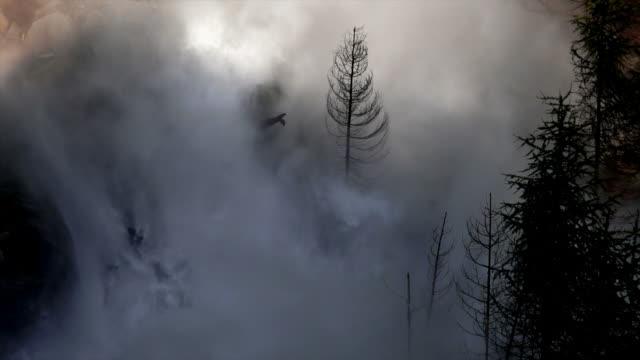hd überschwemmung wellen zerstörung valley (zeitlupe) - staudamm stock-videos und b-roll-filmmaterial